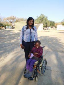 Ndeshi mit ihrer Schulassistentin Ndangi